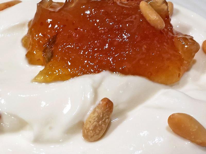 Crema de yogur con mermelada de higos y piñones Asador Guetaria Bilbao
