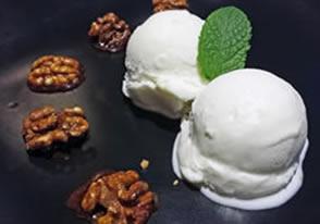 helado de cuajada con nueces