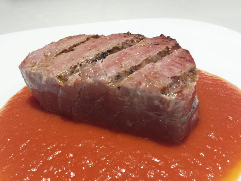 Atún a la brasa con compota de tomate del Asador Guetaria de Bilbao