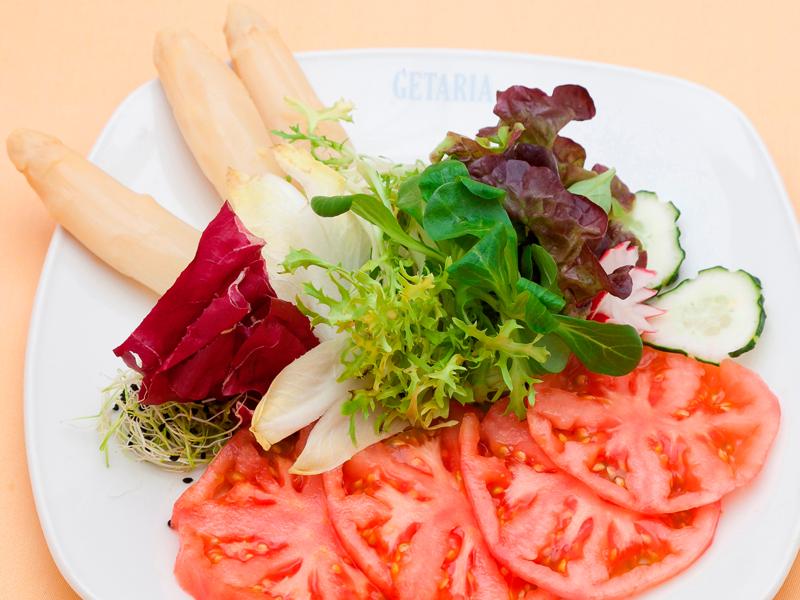 Ensalada de tomate de Larrauri con puntas de espárragos gordos del Asador Guetaria de Bilbao