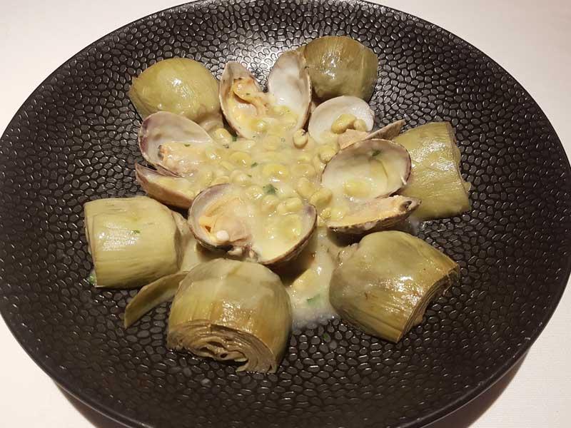 Salteado de alcachofas, habitas y almejas del Asador Guetaria de Bilbao