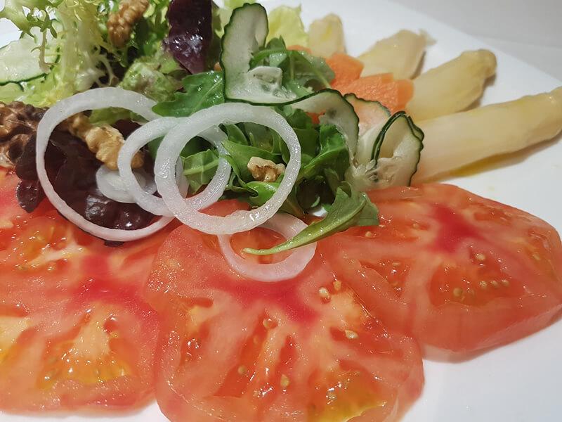 Ensalada de Tomate de Larrauri y puntas de Espárragos gordos